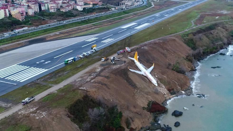 Un avión turco con 162 pasajeros cayó por un acantilado